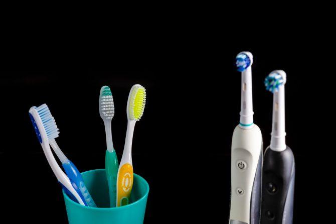 Ce tip de periuță de dinți folosești? Un răspuns care îți poate schimba obiceiul igienei dentare