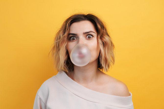 Guma de mestecat – dușman sau prieten pentru sănătatea dinților tăi?